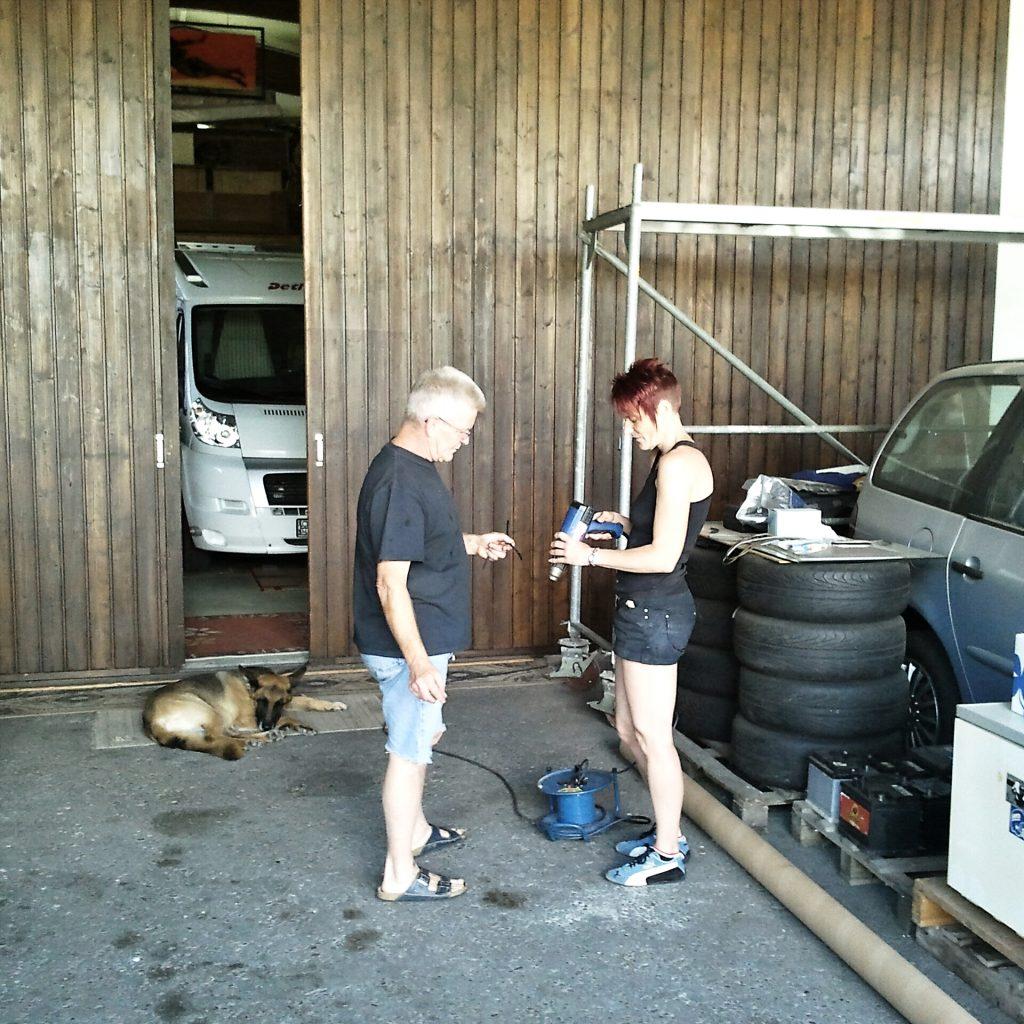 Claudia und Bernd beim reparieren