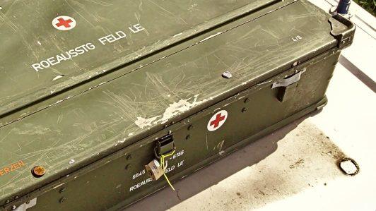 20a Mit dem Koffer auf dem Dach am Dach einer Tankstelle hängen geblieben