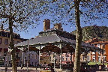 12a Die  Halle aux grains und die Burg in Foix