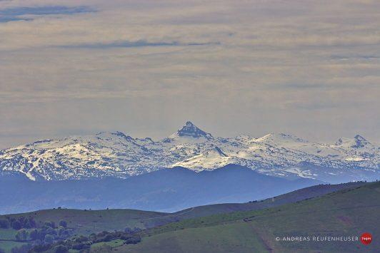 29b Die schneebedeckten Gipfel der Pyrenäen