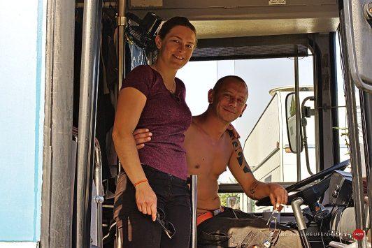 Opaline und Etienne, unterwegs in einem Renault Bus