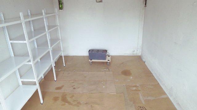 Eine fast leere Garage