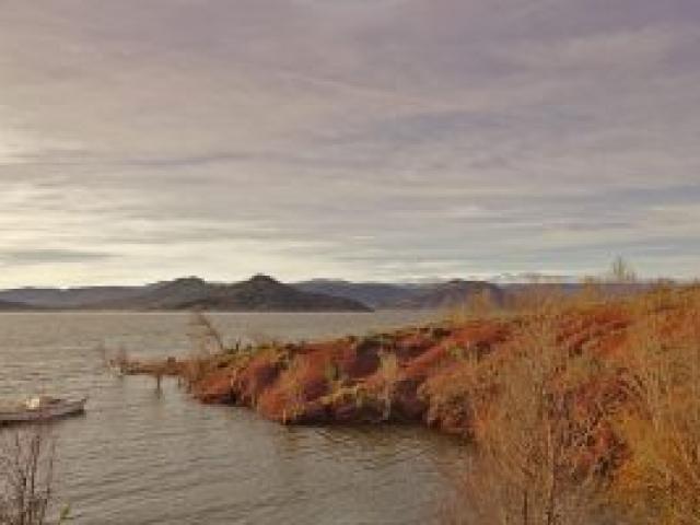 26a Die tiefrote Erde am Lac du Salagou