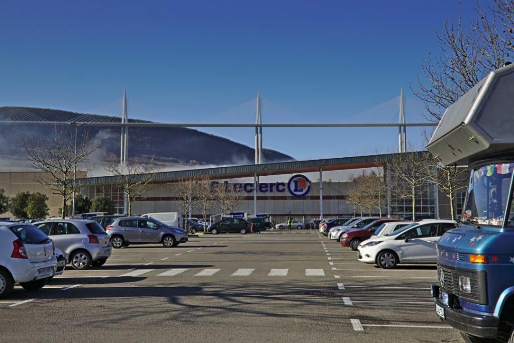 03a Vorräte auffüllen vor der Kulisse des Viadukts von Millau